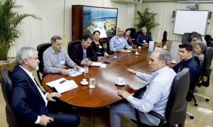 Diretorias da Itaipu e do Sindhotéis durante o encontro no Centro Executivo