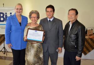 Simone Villanueva, Enrico Fermi e Orlando Kubo, na entrega da placa de homenagem à hoteleira Iraci Sossella
