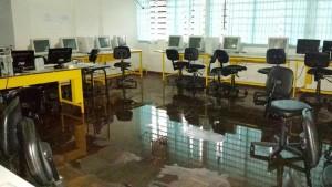 COLÉGIO JK - Equipamentos danificados pela chuva.