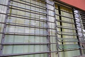 GUSTAVO DOBRANDINO: Vidraças quebradas e telhados perfurados - foto Marcos Labanca.