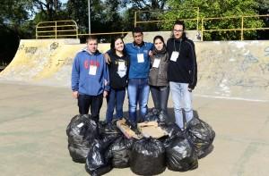 Jovens recolheram muito lixo na pista de skate  - Foto Marcos Labanca