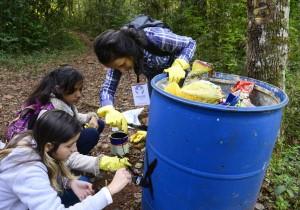 Na trilha da cachoeira do Carimã, eles recolheram lixo e identificaram lixeiras - Foto Marcos Labanca