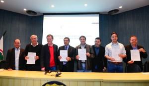 candidatos-a-prefeito-firmam-carta-compromisso-do-codefoz-foto-marcos-labanca