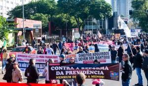 Manifestantes deixam o TTU e seguem pelas ruas centrais - foto Marcos Labanca