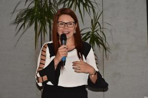 Elizangela de Paula Kuhn durante a apresentação das homenagens - foto Assessoria