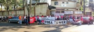 Educadores fizeram ato público em frente ao Núcleo Regional de Educação de Foz - foto Marcos Labanca