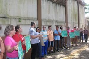 Com cartazes, professores denunciam corte de salários - foto APP-Sindicato-Foz
