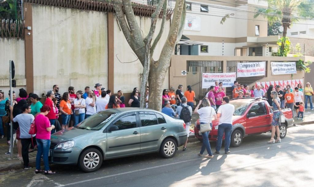 Ato público dos educadores acontece em frente ao NRE - foto de arquivo APP-Sindicato-Foz