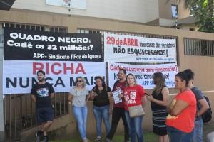 Servidores distribuíram informativos para a população - foto APP-Sindicato-Foz