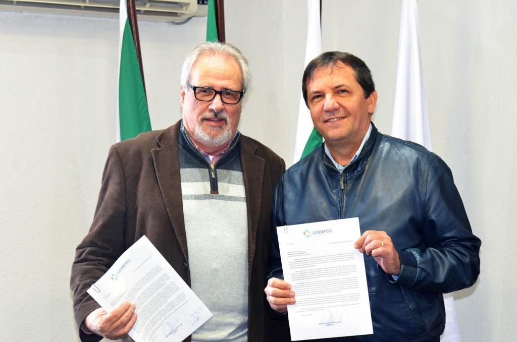 Presidente do Codefoz, Mario Camargo entregou ao prefeito Chico Brasileiro as deliberações sobre lojas francas - Foto AMN